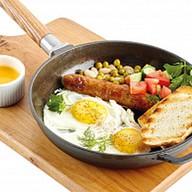 Яичница с колбаской и овощами Фото