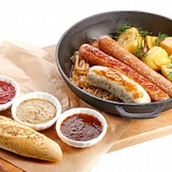 Жареные колбаски с картофелем и капустой Фото
