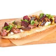 Брускетта с говядиной и жареными овощами Фото