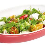 Салат с сезонными овощами и сыром Фото