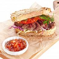 Сэндвич с говядиной и томатным джемом Фото