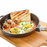 Фрикадельки в томатном соусе с яичницей Фото
