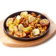 Сковорода с картофелем, лисичками Фото