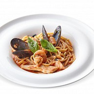 Спагетти с морепродуктами в соусе Фото