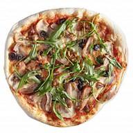 Пицца со свиными ребрышками и курицей Фото