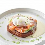 Яйцо пашот на бриоше с лососем Фото