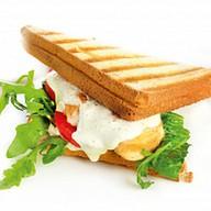 Сэндвич с куриным филе и соусом тар-тар Фото