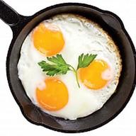 Яичница из трех яиц Фото