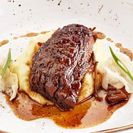 Томленая говядина с луковым муссом Фото