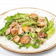 Салат с колбасками и жареным картофелем Фото