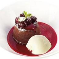 Фондан шоколадный с вишней и мороженым Фото
