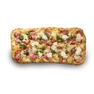 Римская пицца с ветчиной, салями и сыром Фото