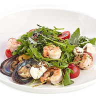 Салат с креветками, мидиями и рукколой Фото