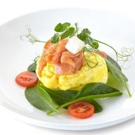 Омлет с лососем, шпинатом и сыром фета Фото