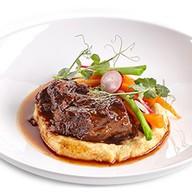 Томленая говядина с хумусом и соусом Фото