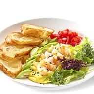 Скрэмбл с креветкой и авокадо Фото