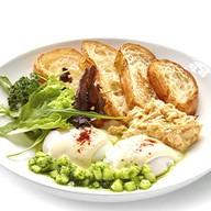 Скрэмбл с яйцом пашот, паштетом из тунца Фото