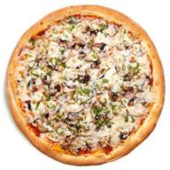 Пицца с курицей, шампиньонами и ветчиной Фото