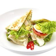 Сэндвич с курицей, овощами и яйцом Фото