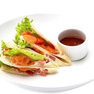Сэндвич с лососем и томатами в тортилье Фото