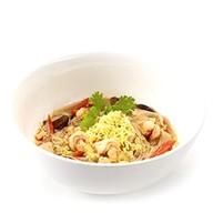 Тайский суп с креветками, рисовой лапшой Фото