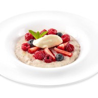 Каша овсяная со свежими ягодами и кремом Фото