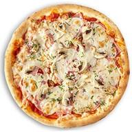 Пицца с курицей, шампиньонами, ветчиной Фото