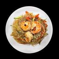 Горячий салат фунчоза с креветкой Фото