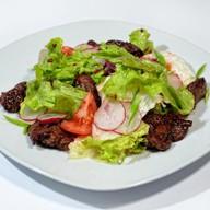 Салат с теплой куриной печенью, вареньем Фото