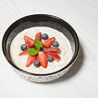 Каша овсяная со свежими ягодами Фото