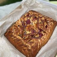 Сезонный пирог со свежей клубникой Фото