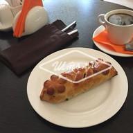 Пирожок с черной смородиной Фото
