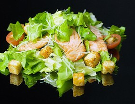 Цезарь с форелью салат - Фото