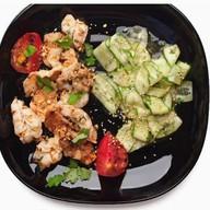 Тигровые креветки с огуречным салатом Фото
