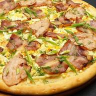 Пицца с яйцом и зеленью Фото