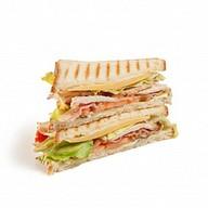 Сендвич с сыром и ветчиной Фото