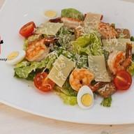 Цезарь салат с тигровыми креветками Фото