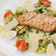 Цезарь салат с жареной курочкой Фото