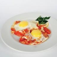 Яичница с помидорами Фото