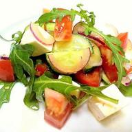 Салат из рукколы с овощами Фото