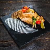 Окунь, обжаренный с овощами на гриле Фото