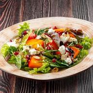 Салат с хурмой, сыром фета, орехами Фото