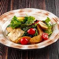 Теплый салат с курицей и айвой Фото