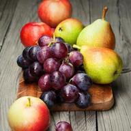 Сезонные фрукты в ассортименте Фото