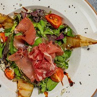 Салат с пармой и грушей гриль Фото