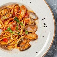 Спагетти вонголе в томатном соусе Фото