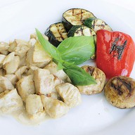 Куриная грудка с овощами под соусом Фото