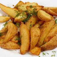 Картофель по-деревенски золотистый Фото