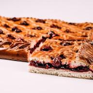 Пирог со свежей вишней Фото