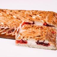 Пирог с творогом и брусничным джемом Фото